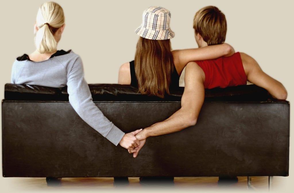 SCAPPATELLA LAST-MINUTE: 2 MARITI SU 3 APPROFITTERANNO DEL WEEKEND DI PASQUA PER TRADIRE