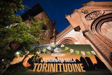 Folla di gente al Borgo Medievale per festeggiare la Giornata della Torinitudine con Somersby