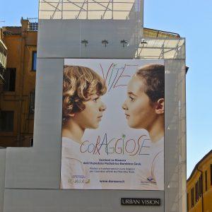 La maxi affissione di Urban Vision presente in Piazza del Parlamento per promuovere la campagna di crowdfunding lanciata da Fondazione Bambino Gesù-min