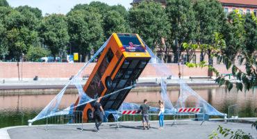 Spider-Man salva un autobus a Milano!